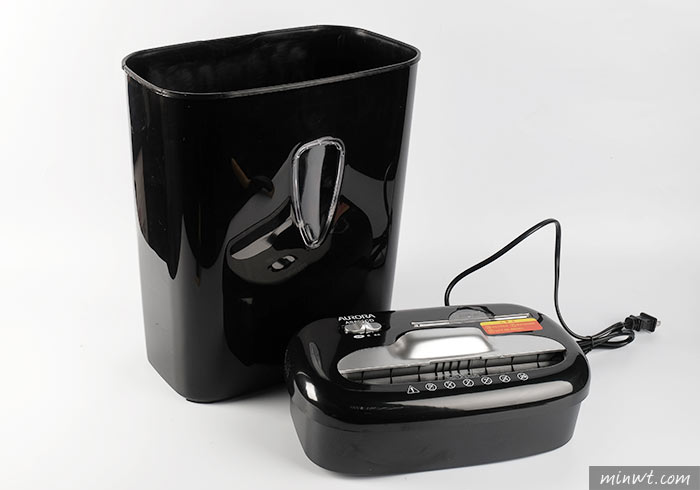 梅問題-[開箱] AURORA震旦AS800CD碎段式碎紙機,無論是CD還是信用卡都能碎屍萬段