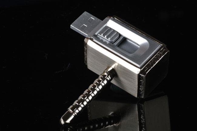 梅問題-商品攝影-「微單商攝」單燈拍出金屬髮絲雷神索爾小鐵鎚隨身碟