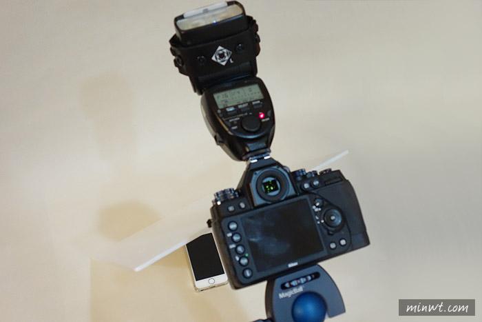 梅問題-攝影打光-《手機螢幕拍攝小技巧》 一隻機頂燈+一片珍珠板就能拍出漂亮手機螢幕