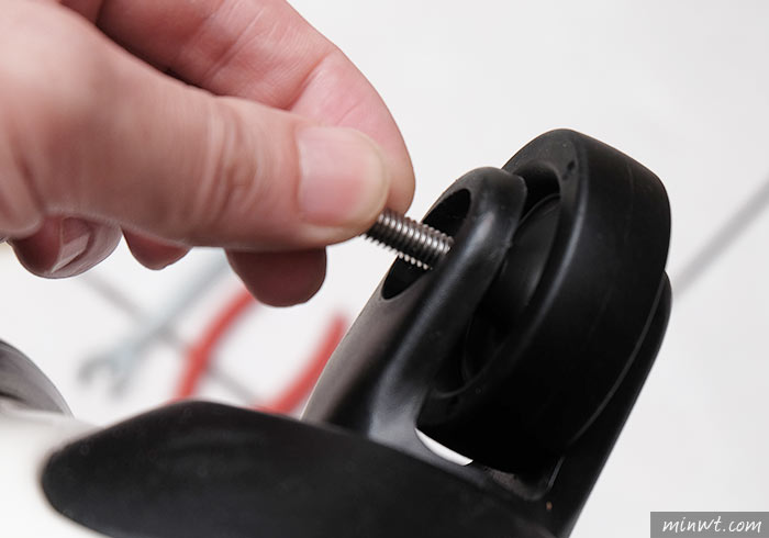 梅問題-行李箱輪胎脆化自行更換簡單又省錢