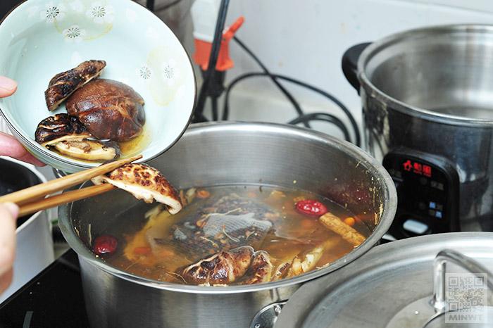 梅問題-《料理好好玩》藥燉香菇雞湯輕鬆煮!