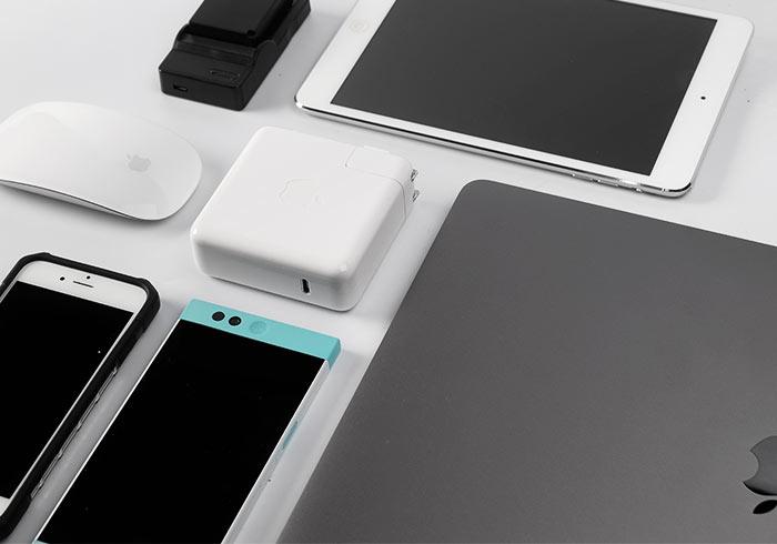 新版Macbook豆腐插,不但能充筆電還能充手機、平板、相機,所有配件一顆搞定